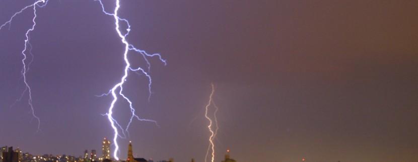 Condomínios devem tomar cuidado com danos elétricos causados por raios